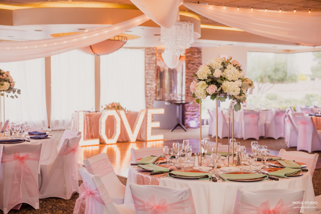 Las Vegas wedding table setting with mint green napkins and accents